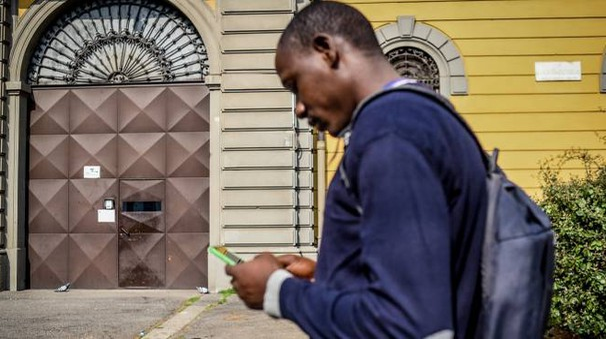 Proteste e tensioni ieri in via Roma: i  profughi lamentavano il mal funzionamento del wifi per i telefonini