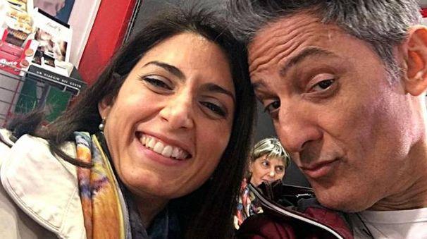 Il selfie di Fiorello con Virginia Raggi durante la prima puntata (Ansa)