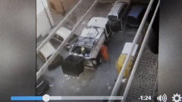 Un frame del video registrato dal cittadino con Anconambiente sotto accusa