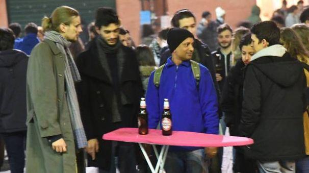 Un venditore di birre in piazza Verdi espone la merce su un 'bancone' improvvisato (Schicchi)