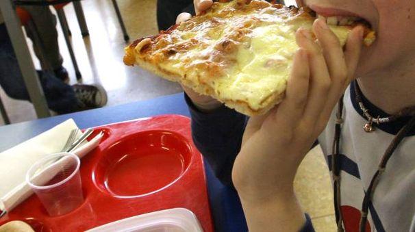 Trancio di pizza alla mensa della scuola