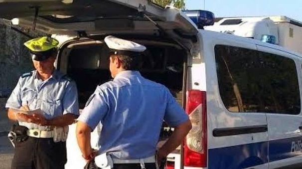 Gli agenti della polizia municipale (foto archivio)