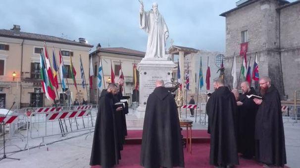 I monaci intonano il canto dei Vespri in piazza a Norcia