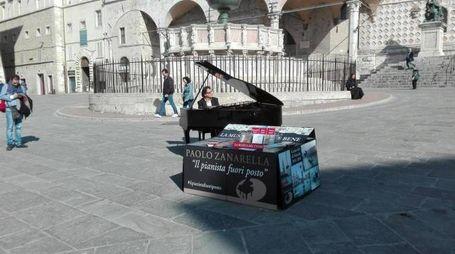 Il 'pianista fuori posto' nel centro di Perugia (foto Ansa)