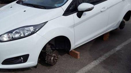 Fucecchio, l'auto senza più le ruote in una foto postata su Facebook