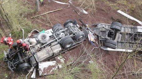 Incidente sulla E45, camion cade dal viadotto e il conducente muore (Ravaglia)