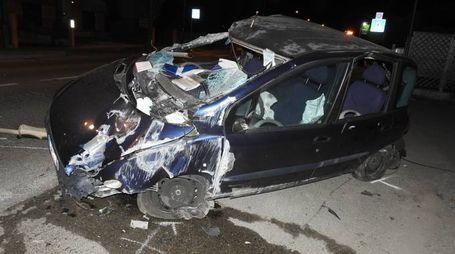 L'auto della famiglia, distrutta dopo l'incidente in via De' Brozzi
