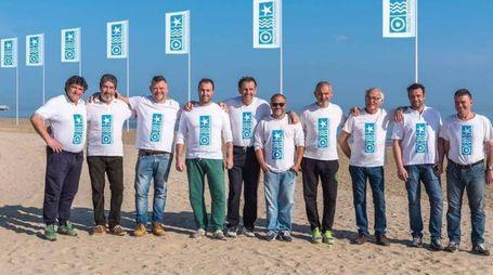 Il gruppo dei bagnini del nuovo maxi stabilimento Spiaggia Marina centro