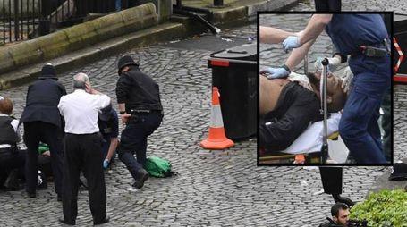 L'attentatore bloccato dalle forze di sicurezza, nel riquadro il suo volto (Lapresse Ansa)