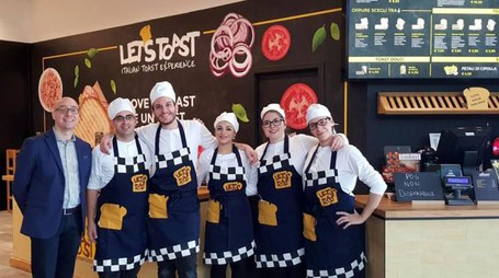 I dipendenti del nuovo locale Let's Toast all'iper