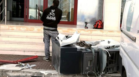 Il bancomat distrutto riportato davanti alla banca presa  di mira in via Dismano