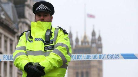 Attentato Londra, un poliziotto presidia la zona del Parlamento (Lapresse)