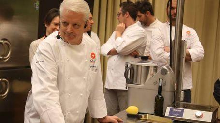Nei mesi scorsi il famoso pasticciere bresciano Iginio Massari era stato vittima di pesanti insulti e minacce su Facebook