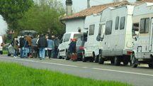 Il corteo di auto e camper per il funerale (Scardovi)
