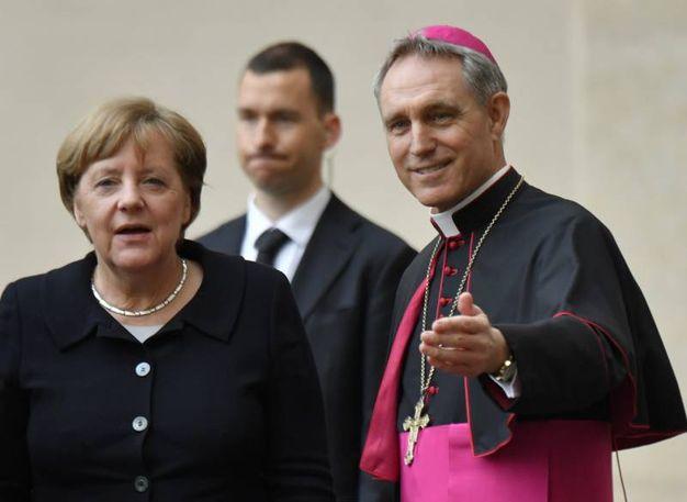 Padre Georg con Angela Merkel (Afp)