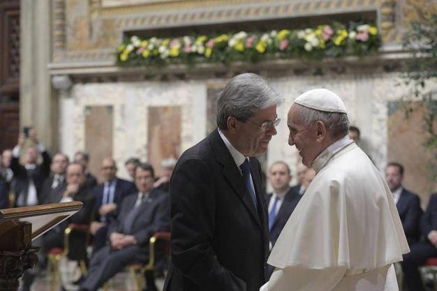 Il Papa riceve i vertici Ue. Nella foto, con Gentiloni (Ansa)