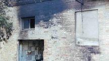 Le fiamme hanno danneggiato gli infissi della casa adiacente (Foto Zeppilli)