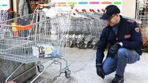 Il luogo dove è avvenuto l'accoltellamento, al di fuori del supermercato di via Trieste