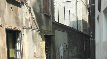 Uno dei palazzo di via Resti