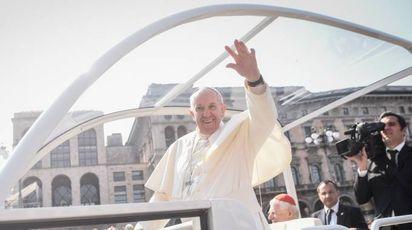 Il Papa in piazza Duomo (Lapresse)
