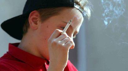 Un adolescente che fuma: è l'inizio del vizio (foto d'Archivio)