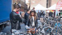 Bologna, asta delle biciclette in piazza Verdi (foto Schicchi)