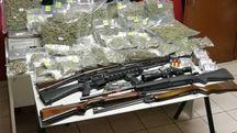 Le armi e la droga trovati dai carabinieri