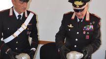 I carabinieri mostrano i 600 grammi di marijuana trovati in uno zaino