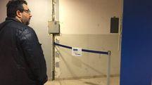 MURO  A fianco: la parete dalla quale è stato sradicato il bancomat Sotto: la porta   sfondata dai banditi