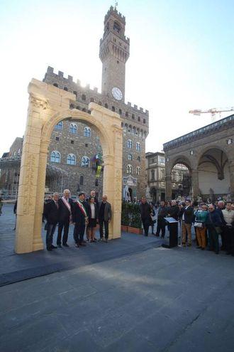 La riproduzione dell'Arco di Palmira in piazza della Signoria (foto Gianluca Moggi/New Pressphoto)