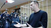 Alexei Navalny in tribunale parla con i giornalisti (LaPresse)