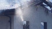 L'intervento dei vigili del fuoco all'azienda agricola dove si è sviluppato l'incendio (foto Pasquali)