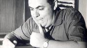 """Benito Jacovitti al lavoro dalla sua matita sono nate tutte le avventure di Cocco Bill. Sotto, una vignetta """"casalinga"""" del pistolero"""