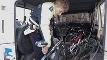 LO SCRIGNO  In un deposito del Comune vengono portate le bici rubate e ritrovate da privati e forze dell'ordine. Il 'trovatore' per eccellenza è il capitato della municipale Roberto Premilcuore