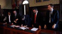 La firma dell'accordo in Comune (Foto Corelli)