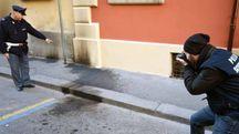 L'AGGUATO Alle 22.30 del 18 gennaio 2016 un uomo in bici lancia due ordigni incendiari contro i muri esterni della questura di corso Garibaldi (Foto Fantini)