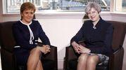 IN GAMBA  La britannica Theresa May  e la scozzese Nicola Sturgeon:  il Daily Mail  nella bufera  per il titolo  sulla guerra  di gambe  e il confronto «fisico» tra le due premier (Afp)