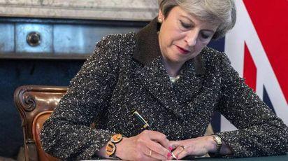 Theresa May firma la lettera che sancisce l'avvio della Brexit (Ansa)