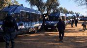 Agenti in assetto antisommossa davanti al cantiere della Tap a Melendugno (Ansa)