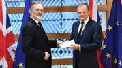 L'ambasciatore britannico Barrow consegna a Tusk la lettera di addio all'Ue (Ansa)