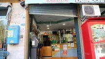 La tabaccheria assaltata dai ladri in via Bentini (Schicchi)