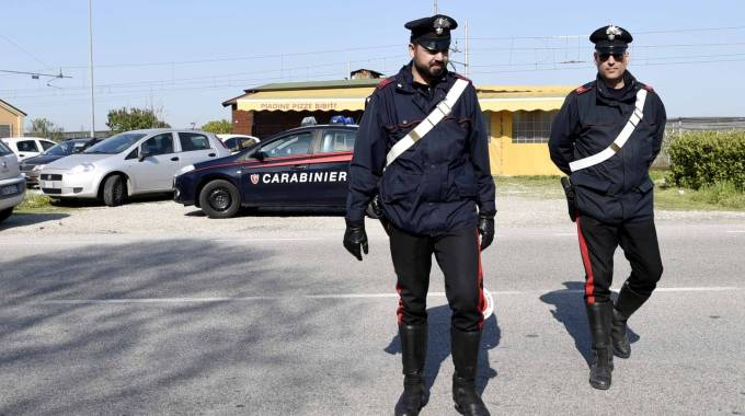 I carabinieri davanti al chiosco