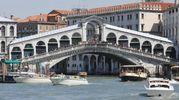 Venezia, il Ponte di Rialto (foto Ansa)