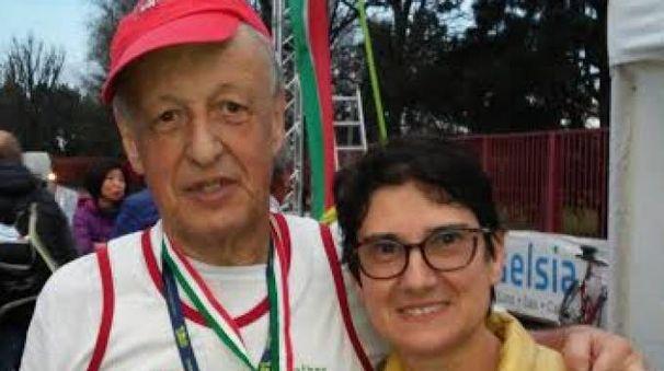 L'atleta Luciano Ferrari con la moglie all'arrivo della gara