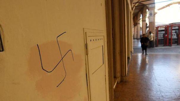 Una delle svastiche comarse sui muri di Bologna in questi giorni (Schicchi)