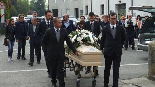 Gualtieri folla all 39 addio alla neosposa cronaca - Gualtieri mobili reggio emilia ...