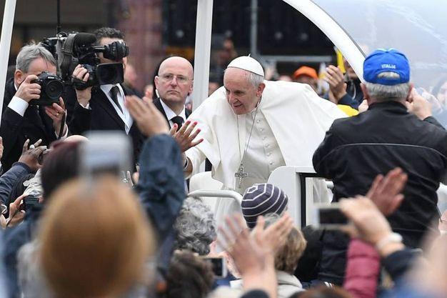 Il Papa tra la folla (Foto Fiocchi)