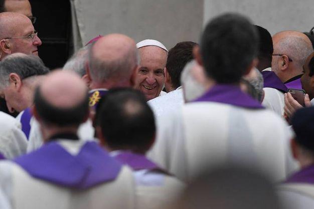 Il Papa si appresta a celebrare la Messa (Foto Fiocchi)