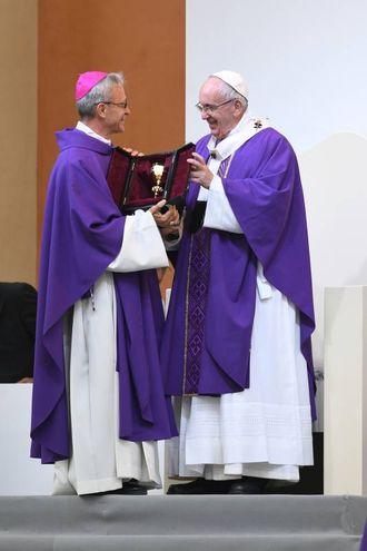 Il dono ricevuto da Monsignor Cavina (Foto Fiocchi)