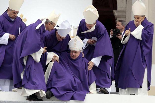 Il vescovo emerito di Faenza Claudo Stagni scivola (foto Ansa)